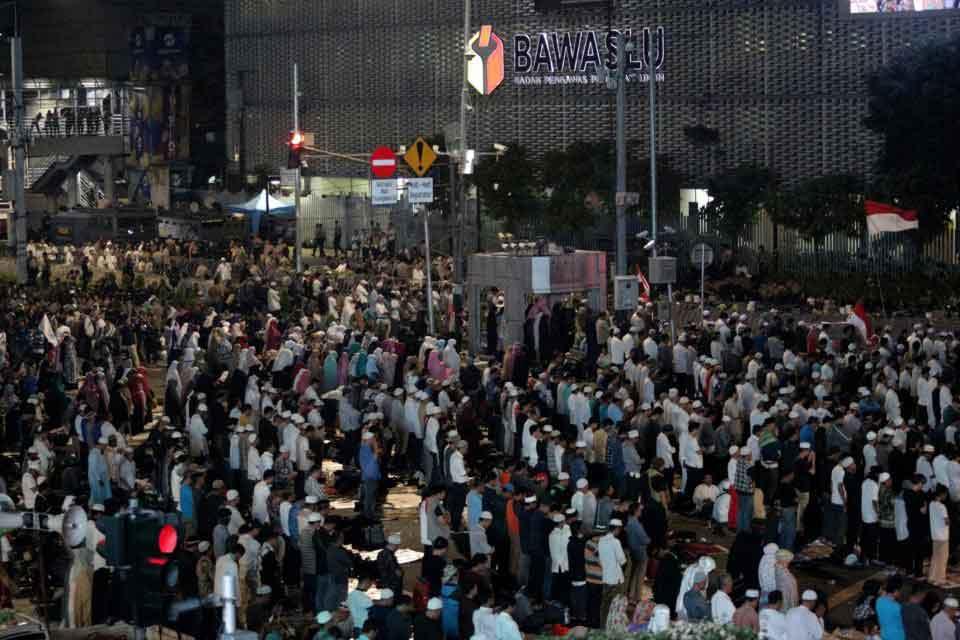 aksi demo di bawaslu akhirnya bubar malam hari - posciety